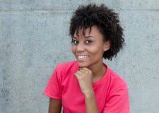 明亮的红色衬衣的美丽的巴西妇女 免版税库存图片