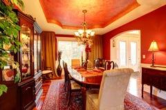 明亮的红颜色的豪华餐厅 免版税库存照片