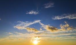 明亮的美好的天空和云彩日出日落 库存照片