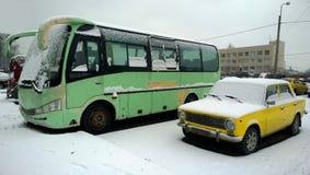 明亮的老俄国汽车和公共汽车 免版税库存图片