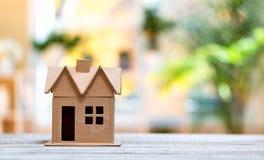 明亮的背景的式样房子 免版税库存照片