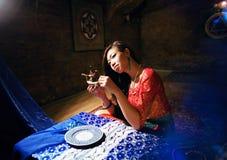 明亮的色的内部的年轻人相当亚裔女孩在地毯竞争 免版税图库摄影