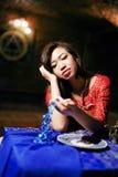 明亮的色的内部的年轻人相当亚裔女孩在地毯视图,东方人生活方式概念 免版税库存照片