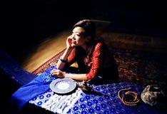 明亮的色的内部的年轻人相当亚裔女孩在地毯视图,东方人生活方式概念 库存照片