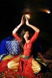 明亮的色的内部的年轻人相当亚裔女孩在地毯视图,东方概念 库存照片