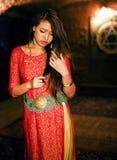 明亮的色的内部的年轻人相当亚裔女孩在地毯视图 库存图片