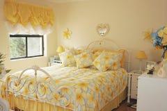 明亮的色的卧室 免版税库存照片