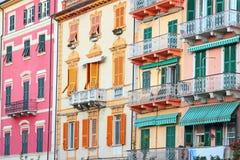 明亮的色的桃红色,橙色和黄色房子 免版税库存照片