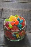 明亮的色的糖果,甜点,在一个玻璃瓶子的甜点 免版税图库摄影