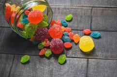 明亮的色的糖果,甜点,在一个玻璃瓶子的甜点 库存照片