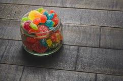 明亮的色的糖果,甜点,在一个玻璃瓶子的甜点 库存图片