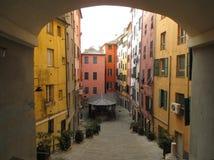 明亮的色的葡萄酒大厦在老镇热那亚 库存图片