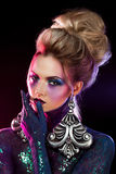 明亮的艺术构成的年轻可爱的白肤金发的女孩,在紫色口气 假钻石和闪烁身体绘画 库存照片