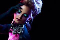 明亮的艺术构成的年轻可爱的白肤金发的女孩,在紫色口气 假钻石和闪烁身体绘画 库存图片