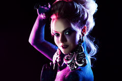 明亮的艺术构成的年轻可爱的白肤金发的女孩,在紫色口气 跳舞夜 免版税库存照片