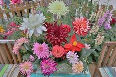 明亮的花美丽的花束在被隔绝的篮子的 免版税库存图片