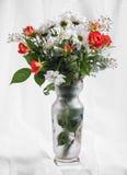 明亮的花花束在花瓶的 免版税库存图片