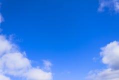 明亮的蓝天和白色云彩 库存图片