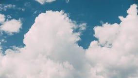 明亮的蓝天定期流逝与白色蓬松云彩的 多云天空 蓝色晴朗的Cloudscape 股票视频