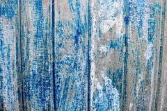 明亮的蓝色一个美妙地被绘的金属表面的饱和的安心纹理与垂直条纹和破旧的删掉的油漆的 库存照片