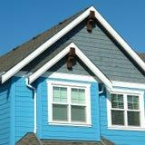 明亮的蓝色家庭外部房屋板壁 免版税库存图片