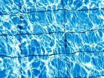 明亮的蓝色清楚的水背景在水池的 库存照片