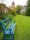 明亮的蓝色长凳在Lismore城堡庭院里  库存图片