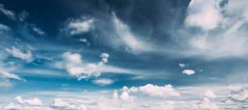 明亮的蓝色,橙色和黄色颜色日落天空 Cloudscape全景  库存图片
