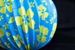 明亮的蓝色黄色开花的中文报纸灯笼 库存图片