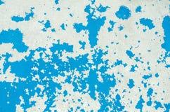 明亮的蓝色破裂的油漆的纹理在老遭受了金属表面 库存照片