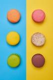 明亮的蛋白杏仁饼干顶视图在两在蓝色舱内甲板的线安排了 库存图片