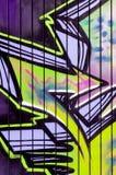 明亮的街道画绿色紫色 免版税库存图片
