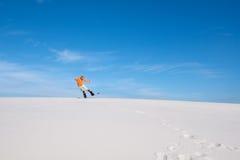 明亮的衬衣的人做在雪板的一个把戏在des 库存图片