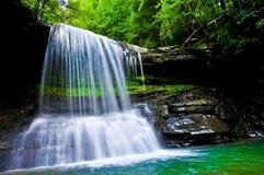 明亮的西维吉尼亚山瀑布 图库摄影
