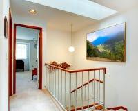 明亮的走廊。楼梯和卧室看法  免版税库存照片