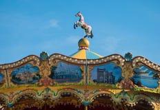 明亮的转盘在假日公园 在一个传统集市场所葡萄酒转盘的马 库存照片