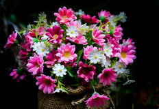 明亮的野花纸花美丽的花束。 免版税库存照片