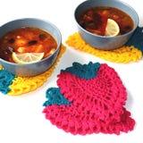明亮的钩针编织的厨房壶架以莓果的形式 免版税库存照片
