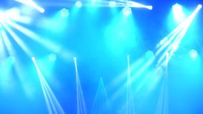 明亮的闪动的音乐会聚光激光和烟在场面背景 股票视频