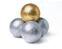 明亮的闪耀的圣诞节球 免版税库存图片