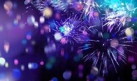 明亮的闪耀的多色烟花和五彩纸屑 免版税库存照片