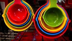 明亮的颜色塑料匙子在市场上卖了 库存照片