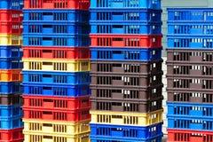 明亮的颜色塑胶容器堆- II 免版税库存图片