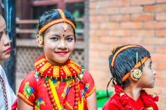 明亮的颜色的女孩在尼泊尔 免版税库存图片
