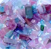 明亮的颜色自然向toumalines扔石头 库存图片