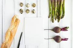 明亮的食物和一个菜谱在白色背景 午餐的健康食物 平的位置,顶视图,看法从上面 免版税库存照片