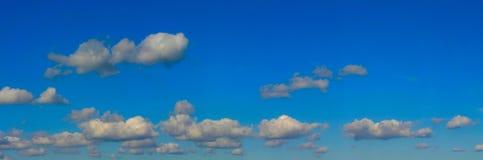 明亮的高全景解决方法天空 免版税库存图片