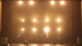明亮的黄灯在黑暗的阶段轮流地打开并且关 影视素材
