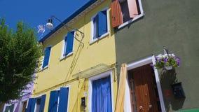 明亮的黄色寓所邻居保管妥当的五颜六色被绘的大厦 股票视频