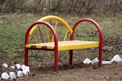 明亮的黄色红色公园长椅 免版税库存图片